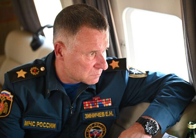 Yevgeny Zinichev, ministro para Situações de Emergência da Rússia, durante visita às regiões afetadas pelos incêndios florestais na região russa de Chelyabinsk, 6 de agosto de 2021