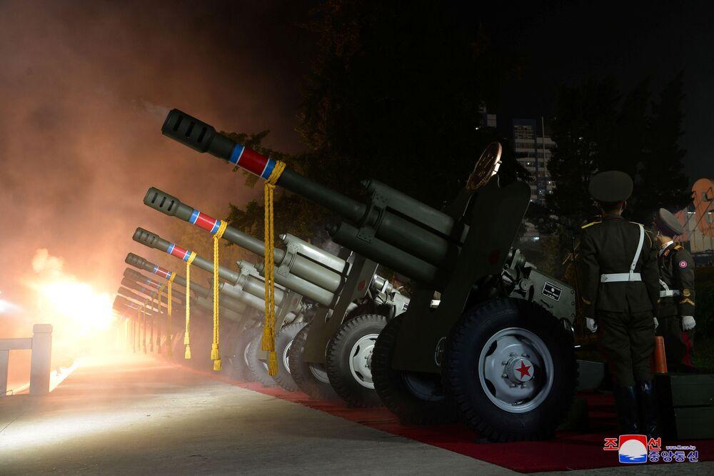 Artilharia dispara durante o desfile na Praça Kim Il-sung em Pyongyang, Coreia do Norte, 9 de setembro de 2021