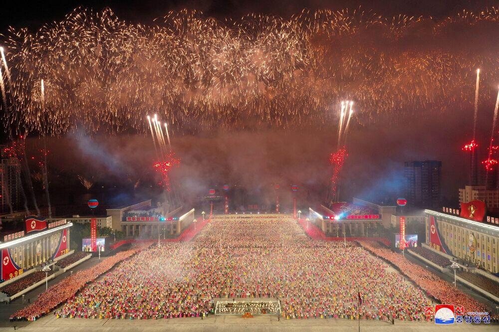Fogos de artifício explodem sobre a Praça Kim Il-sung em Pyongyang em homenagem ao 73º aniversário da fundação da Coreia do Norte, 9 de setembro de 2021