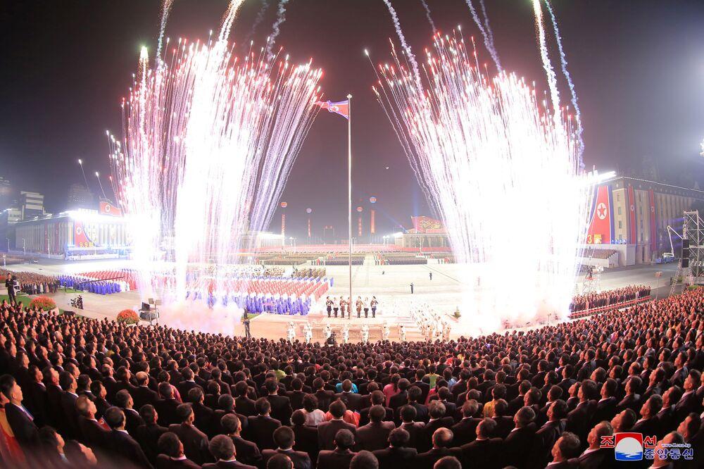 Fogos de artifício iluminam o céu de Pyongyang em homenagem ao 73º aniversário da fundação da Coreia do Norte, 9 de setembro de 2021