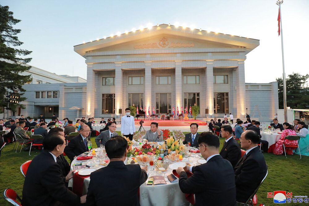 Líder norte-coreano Kim Jong-un participa com seus companheiros das celebrações do 73º aniversário da fundação da Coreia do Norte, 8 de setembro de 2021