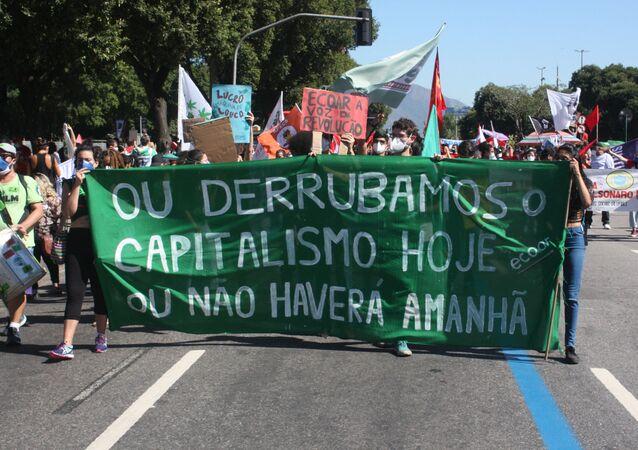 Manifestantes voltam às ruas contra o governo de Jair Bolsonaro, no centro do Rio de Janeiro, em 24 de julho de 2021