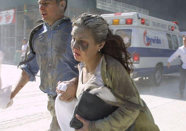 Pessoas fogem do World Trade Center em Nova York após os terroristas terem feito colidir os aviões sequestrados contra as Torres Gêmeas, 11 de setembro de 2001