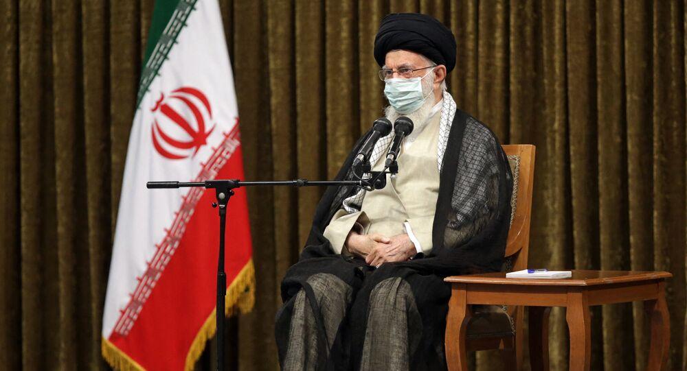 Aiatolá Ali Khamenei, líder supremo do Irã, durante encontro com Ebrahim Raisi, presidente do Irã, e seu gabinete (fora da foto), em Teerã, Irã, 28 de agosto de 2021
