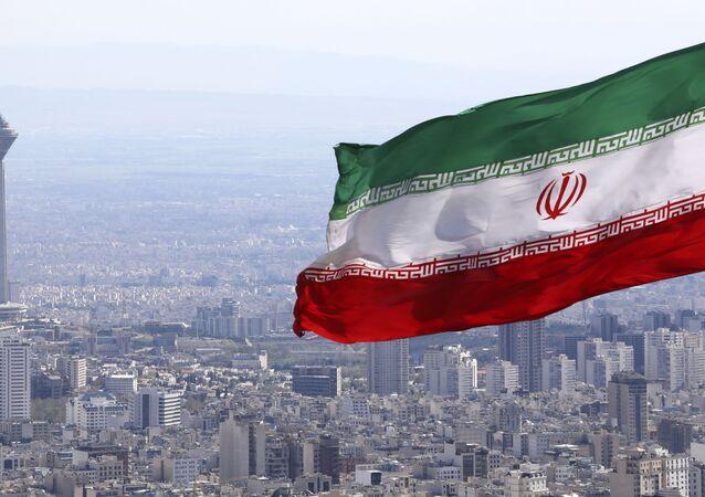 Bandeira do Irã com o pano de fundo da cidade de Teerã, Irã, 31 de março de 2020