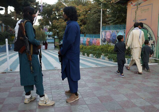 Soldados do Talibã (organização terrorista proibida na Rússia e em vários outros países) em parque de diversões em Cabul, Afeganistão, 8 de setembro de 2021