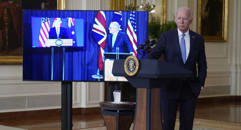 Presidente americano Joe Biden no encontro virtual com o premiê australiano Scott Morrison, à direita na tela, e o premiê britânico Boris Johnson, Casa Branca, 15 de setembro de 2021