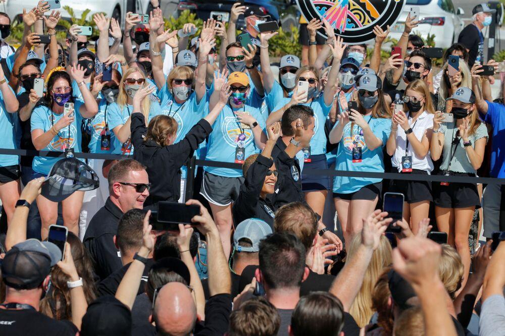Multidão saúda tripulação Inspiration4 no Cabo Canaveral antes de seu envio para órbita, Flórida, 15 de setembro de 2021