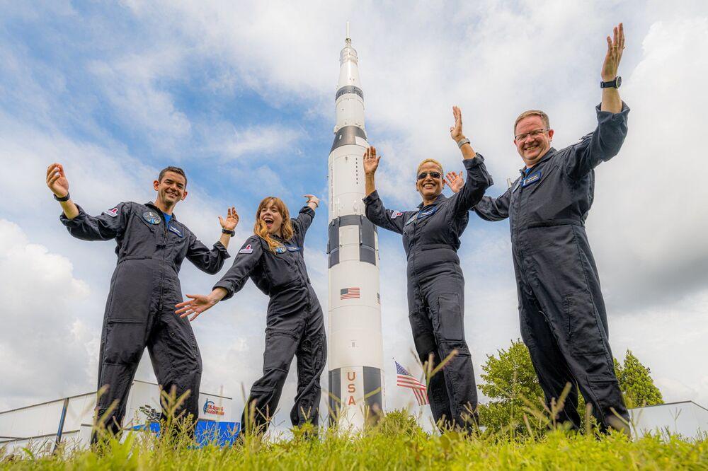 Tripulação Inspiration4 de Jared Issacman, Hayley Arceneaux, Sian Proctor e Chris Sembroski posa em trajes espaciais, 15 de setembro de 2021