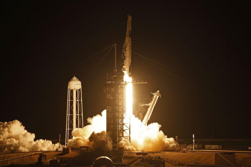 Lançamento do foguete Falcon 9, com a tripulação Inspiration4 dentro da cápsula espacial Dragon, a partir do Cabo Canaveral, 15 de setembro de 2021