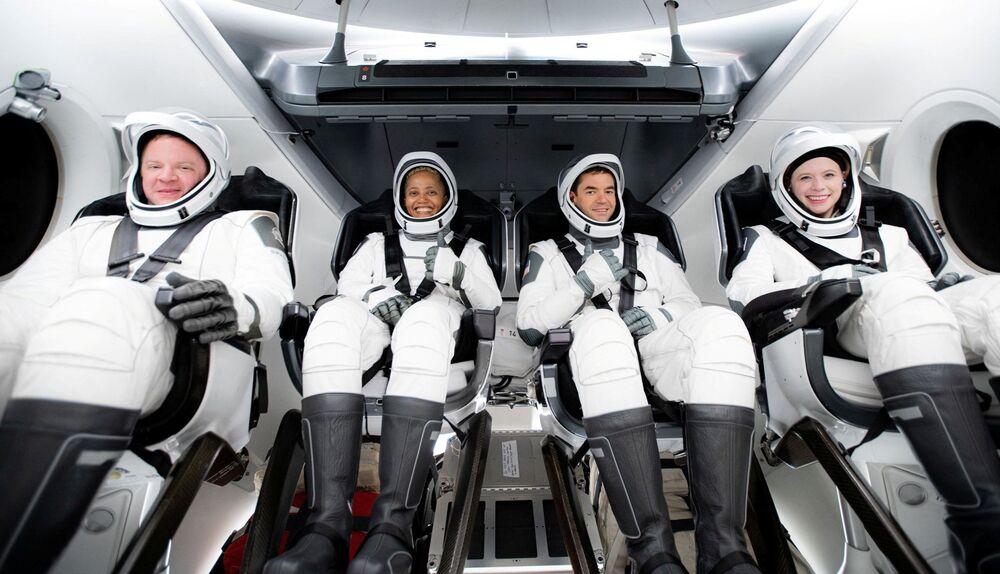 Tripulação Inspiration4 de Jared Issacman, Hayley Arceneaux, Sian Proctor e Chris Sembroski em trajes espaciais, 15 de setembro de 2021