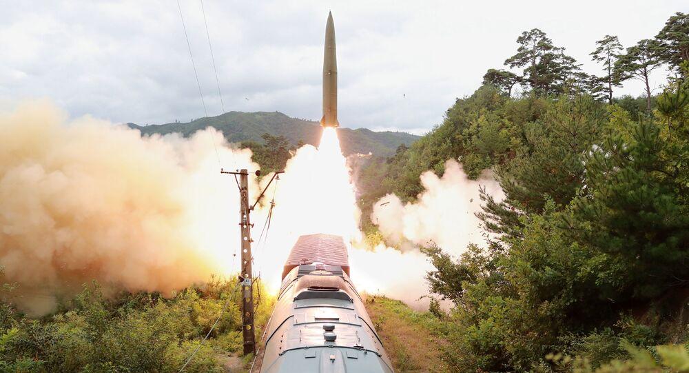 Míssil sendo lançado durante um exercício do Regimento Ferroviário de Mísseis Móveis na Coreia do Norte