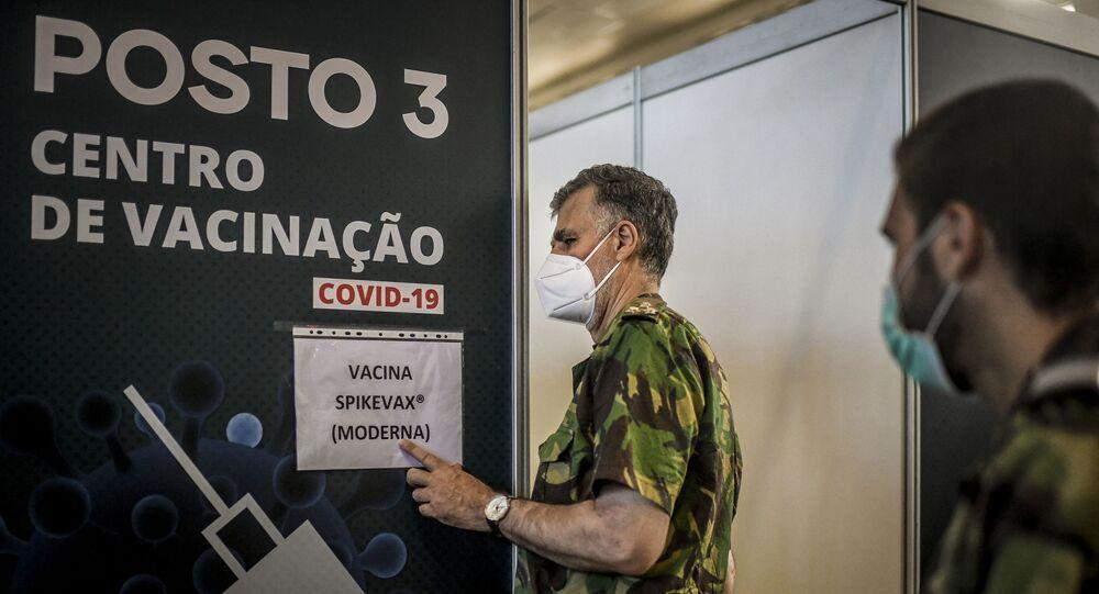 O vice-almirante Henrique Gouveia e Melo visita um centro de vacinação contra a COVID-19 em Lisboa, em 11 de setembro de 2021