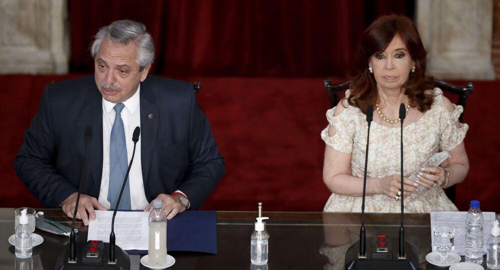 O presidente da Argentina, Alberto Fernández, à esquerda, faz seu discurso anual sobre o Estado da Nação, que marca a sessão de abertura do Congresso, ao lado da vice-presidente Cristina Fernandez de Kirchner em Buenos Aires, Argentina, 1º de março de 2021