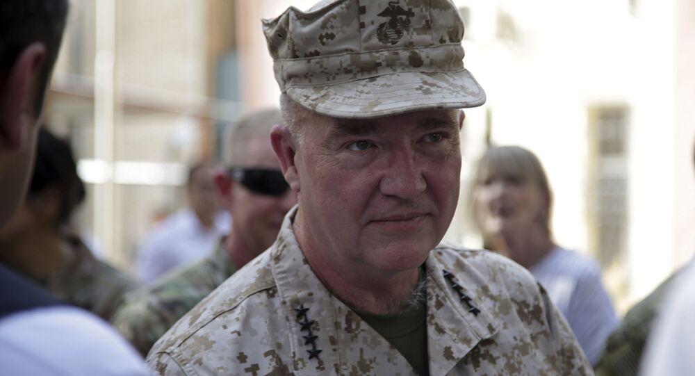 O general dos fuzileiros navais Frank McKenzie, chefe do Comando Central dos EUA, participa de uma cerimônia em que o general Scott Miller, que serviu como o principal comandante da América no Afeganistão desde 2018, entregou o comando, na sede do Resolute Support, em Cabul, Afeganistão, 12 de julho de 2021