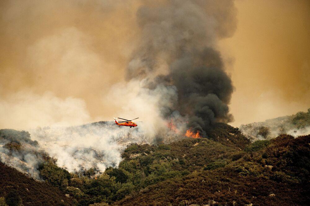 Helicóptero de combate a incêndios se prepara para lançar água sobre Parque Nacional de Sequoias, no estado norte-americano da Califórnia, em 15 de setembro de 2021