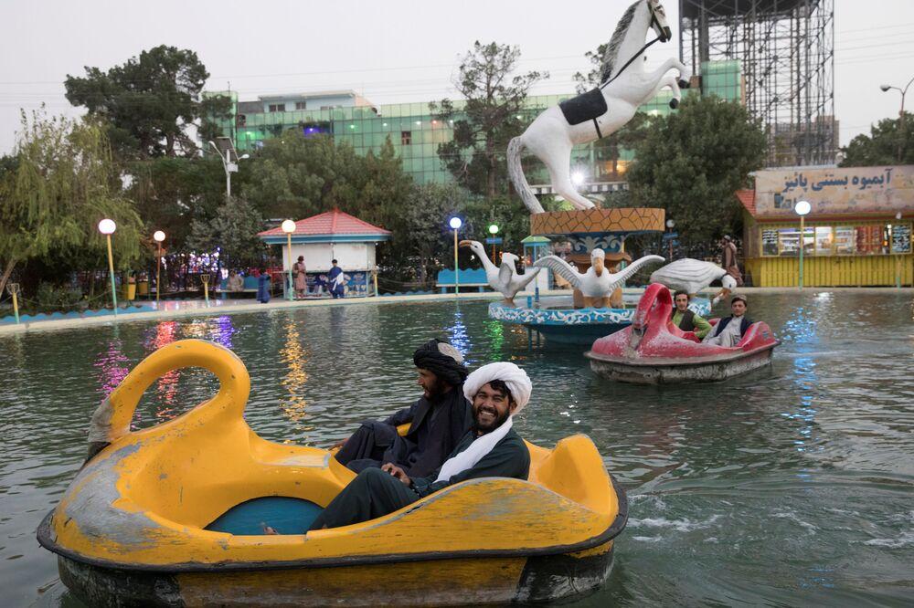 Homens pedalando barquinhos em parque de diversão de Herat, no Afeganistão, em 10 de setembro de 2021