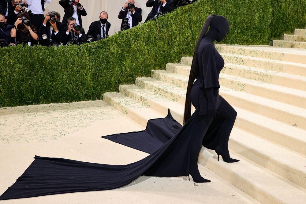 Kim Kardashian desfila completamente vestida de negro durante Met Gala 2021, no estado norte-americano de Nova York, em 13 de setembro de 2021
