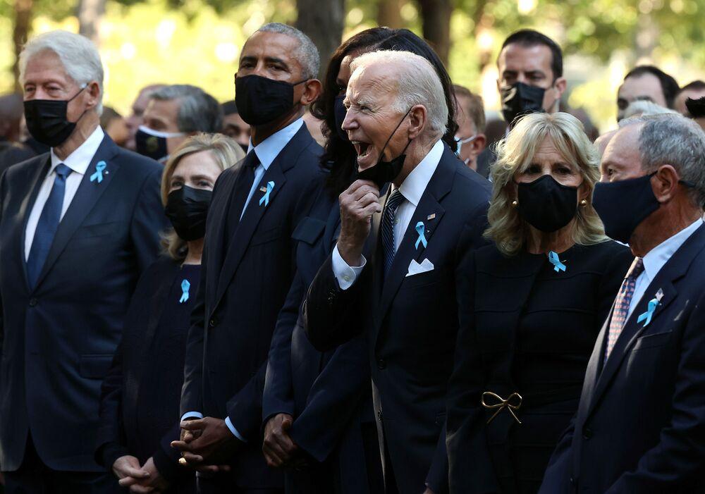 Ex-presidentes dos EUA Bill Clinton e Barack Obama, junto com suas esposas Hillary Clinton e Michelle Obama, participam com atual presidente norte-americano Joe Biden e sua esposa Jill Biden da cerimônia anual de homenagem às vítimas dos ataques de 11 de setembro de 2001, em Nova York, em 11 de setembro de 2021