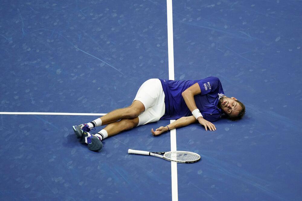 Tenista russo Daniil Medvedev após sua vitória contra tenista sérvio Novak Djokovic, durante final das provas masculinas US Open, em 12 de setembro de 2021