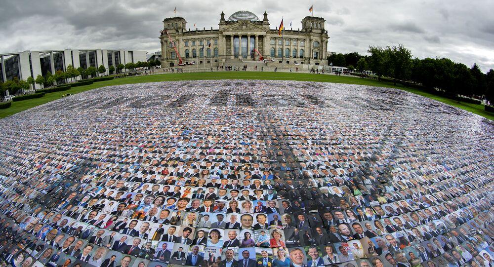 Retratos de políticos são colocados em frente ao parlamento alemão em forma de protesto contra violações aos diretos humanos nas fronteiras exteriores da Europa, em 16 de setembro de 2021