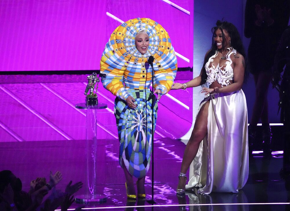Artistas Doja Cat (à esquerda) e SZA (à direita) recebem prêmio por melhor colaboração, pela música Kiss Me More, durante cerimônia de Prêmios MTV de Vídeos Musicais, em 12 de setembro de 2021