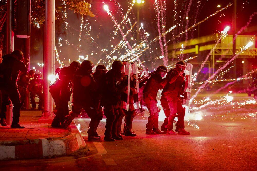 Fogos de artifício são lançados contra policiais em protestos contra o governo em Bangkok, na Tailândia, em 13 de setembro de 2021
