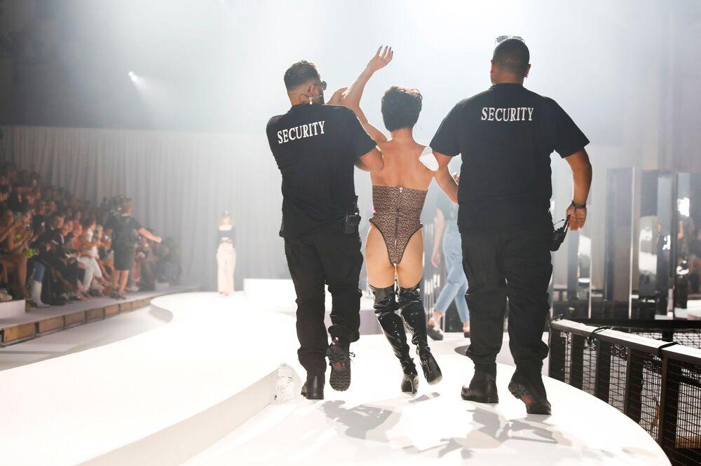 Modelos apresentam criação de estilista Marina Hoermanseder durante a Semana da Moda ABOUT YOU Fashion Week em Berlim, na Alemanha, em 13 de setembro de 2021