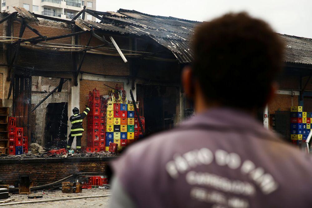 O que resta de mercado de fruta após incêndio em São Paulo, no Brasil, em 15 de setembro de 2021