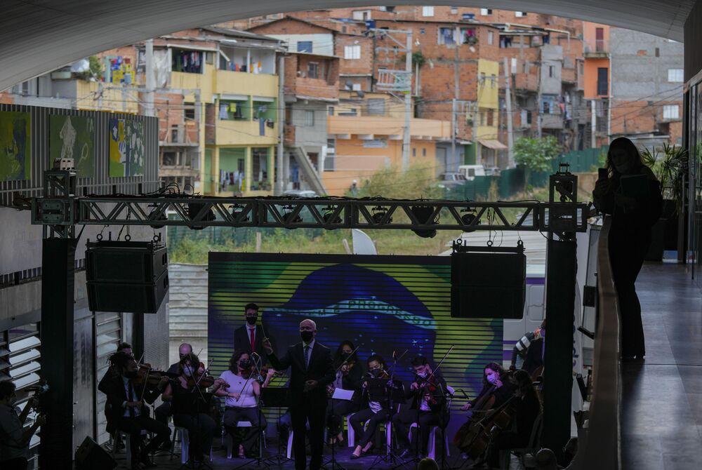 Músicos residentes da favela de Paraisópolis fazem pequeno concerto para celebrar os 100 anos de vida da favela, em 16 de setembro de 2021