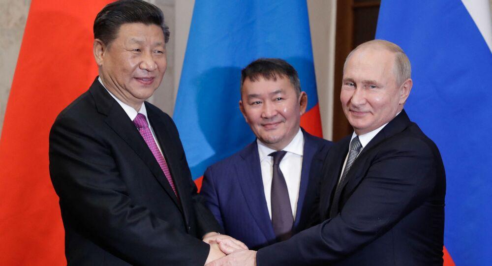 O presidente chinês Xi Jinping, o então presidente da Mongólia, Khaltmaagiin Battulga, e o presidente russo Vladimir Putin durante reunião paralela à cúpula da Organização de Cooperação de Xangai (SCO, na sigla em inglês) em Bishkek, Quiguistão, em 14 de junho de 2019