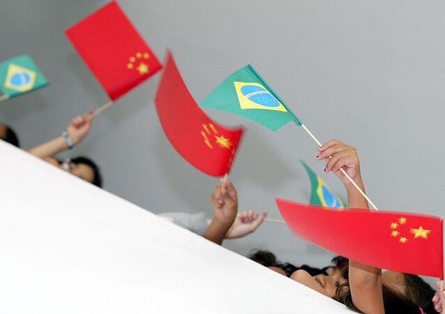 Alunos de escola de Brasília acenam com bandeiras do Brasil e da China, em Brasília, Distrito Federal. Foto de arquivo