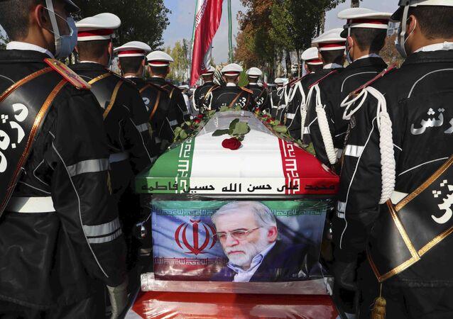 Militares iranianos carregam caixão de cientista nuclear Mohsen Fakhrizadeh durante seu funeral em Teerã, em 30 de novembro de 2020