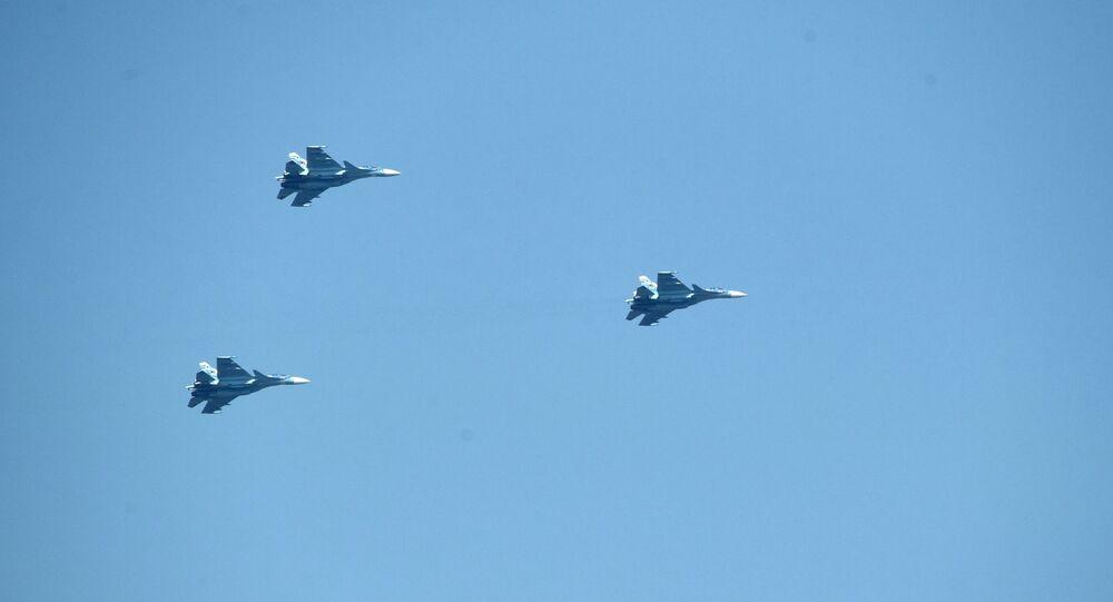 Caças Su-27 em formação (imagem referencial)