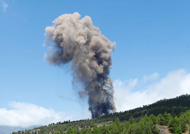 Pluma de fumaça sobe após erupção de um vulcão no parque nacional Cumbre Vieja em El Paso, Ilha Canária de La Palma, Espanha, 19 de setembro de 2021