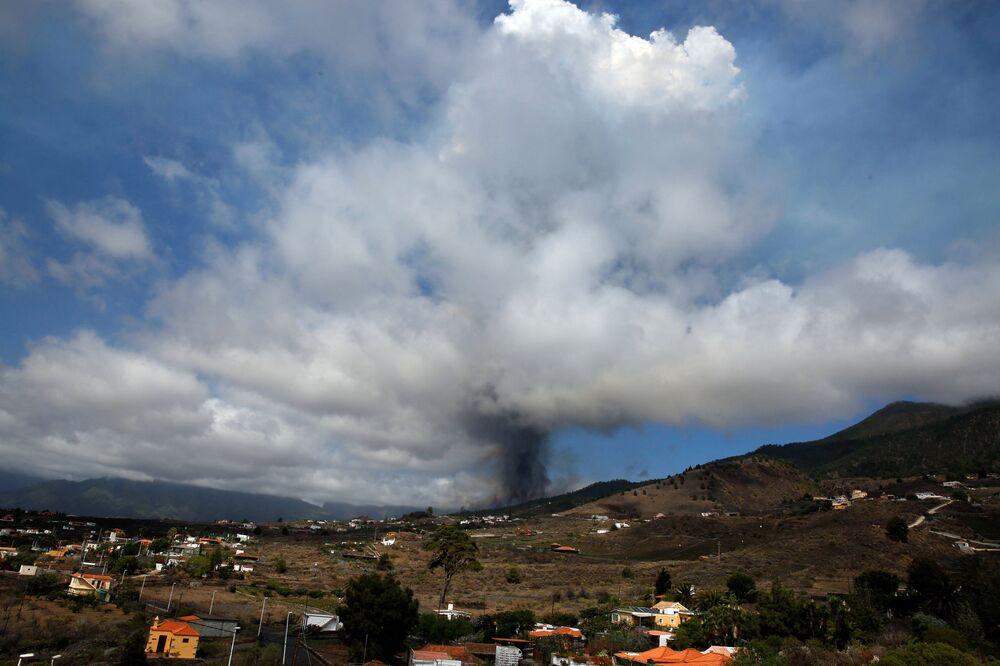 Monte Cumbre Vieja entra em erupção lançando uma coluna de fumaça e cinzas, vista desde Los Llanos de Aridane, na Ilha Canária de La Palma, Espanha, 19 de setembro de 2021