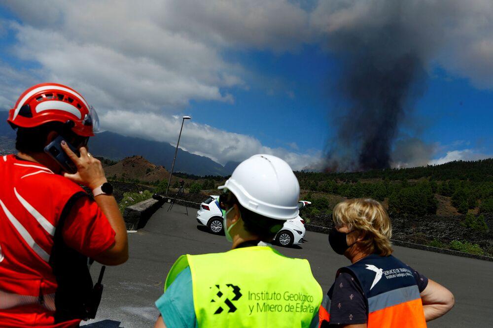 Pessoas avistam pluma de fumaça subindo após erupção de um vulcão no parque nacional Cumbre Vieja em El Paso, Ilha Canária de La Palma, Espanha, 19 de setembro de 2021
