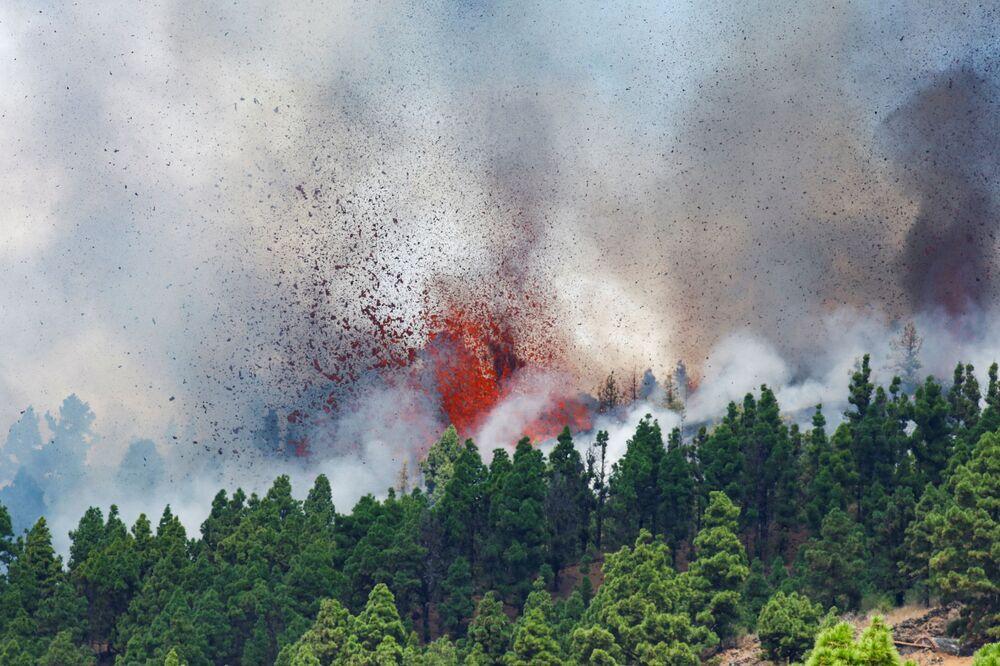 Lava e fumaça sobem após erupção de um vulcão no parque nacional Cumbre Vieja em El Paso, Ilha Canária de La Palma, Espanha, 19 de setembro de 2021