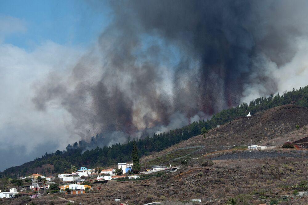 Monte Cumbre Vieja entra em erupção lançando uma coluna de fumaça, cinzas e lava, vista desde Los Llanos de Aridane, na Ilha Canária de La Palma, Espanha, 19 de setembro de 2021