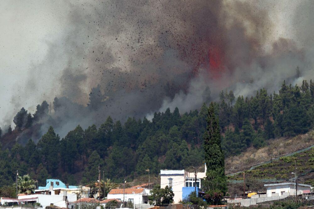 Monte Cumbre Vieja lança coluna de fumaça, cinzas e lava, vista desde Los Llanos de Aridane, na Ilha Canária de La Palma, Espanha, 19 de setembro de 2021