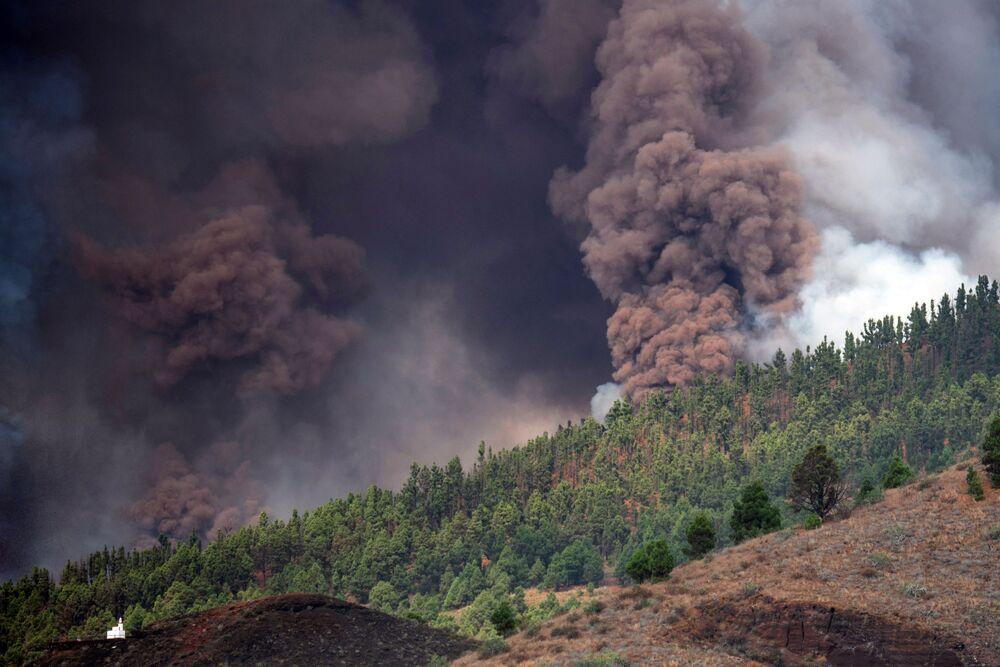 Colunas de fumaça, cinzas e lava do monte Cumbre Vieja, vistas desde Los Llanos de Aridane, na Ilha Canária de La Palma, Espanha, 19 de setembro de 2021