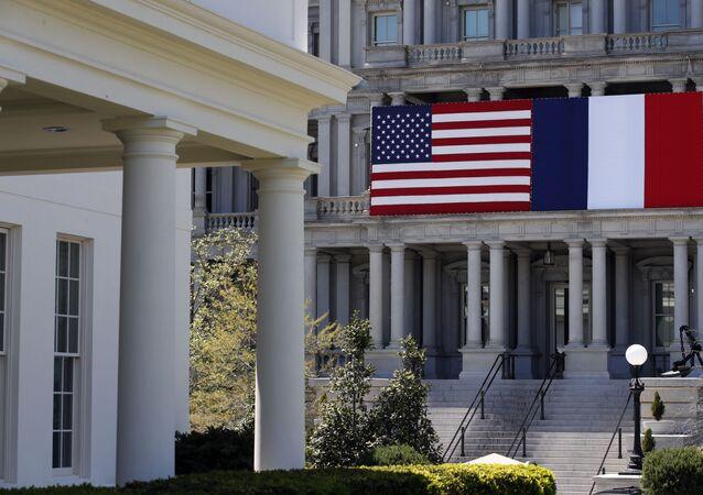As bandeiras dos EUA e da França no Edifício de Escritórios Executivos Eisenhower, com a ala oeste da Casa Branca à esquerda, em Washington, EUA. Foto de arquivo.