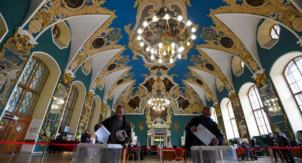Homens votam na estação ferroviária Kazansky em Moscou durante o último dia das eleições parlamentares na Rússia, 19 de setembro de 2021