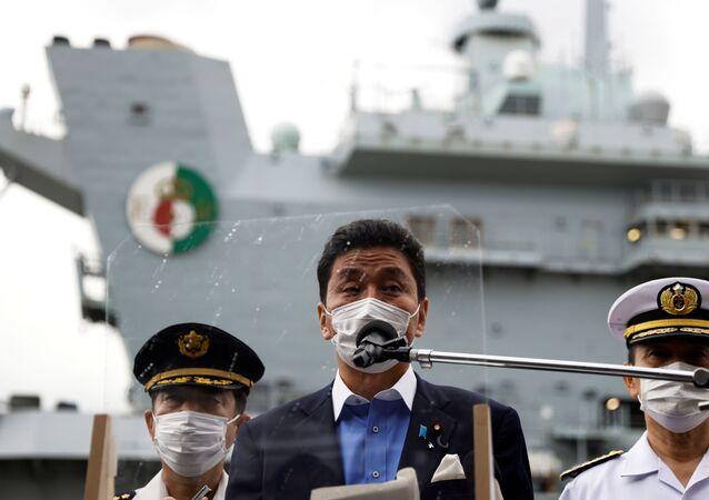 Nobuo Kishi, ministro da Defesa do Japão, fala à mídia na base naval dos EUA em Yokosuka, prefeitura de Kanagawa, Japão, 6 de setembro de 2021