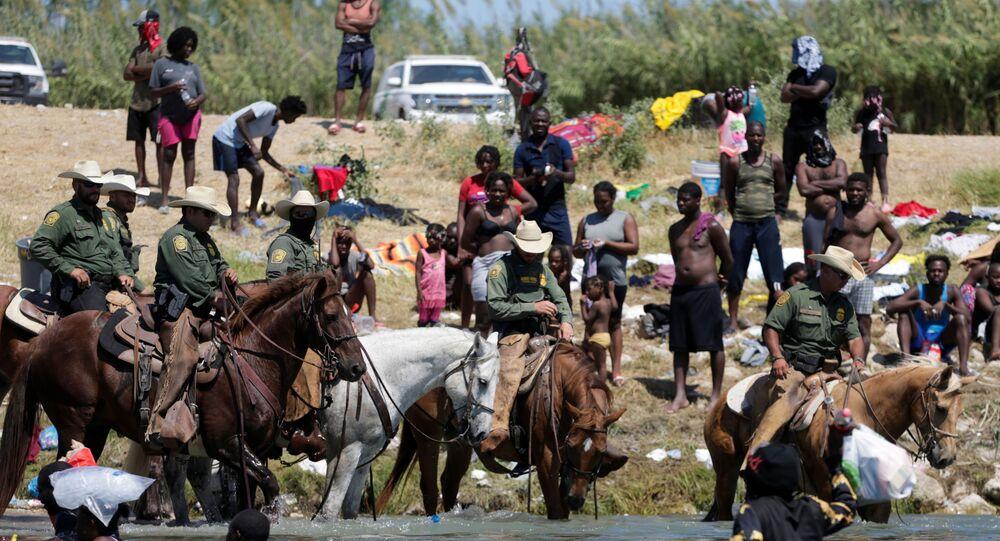 Patrulha de Fronteira dos EUA controla as margens do Rio Grande, que é a fronteira entre a cidade mexicana de Acuña e a norte-americana Del Rio, enquanto migrantes pretendem cruzar o rio, 20 de setembro de 2021