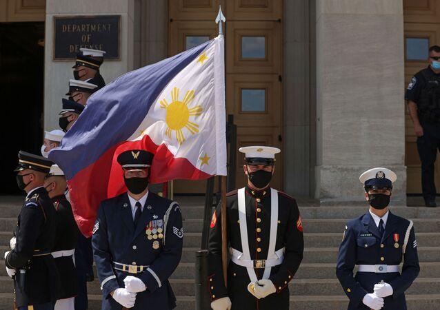 Guarda de honra segura bandeira das Filipinas no Pentágono em 10 de setembro de 2021, Arlington, Virgínia, EUA