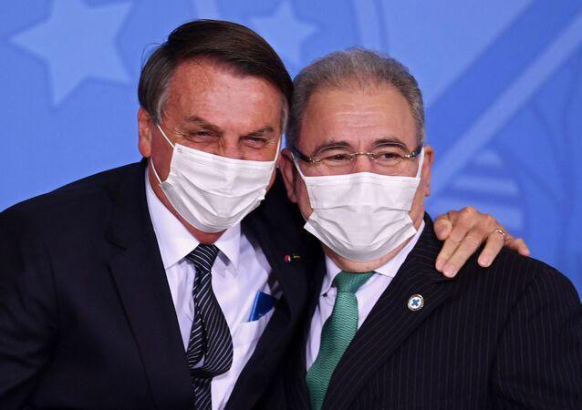 Presidente do Brasil, Jair Bolsonaro (à esquerda) e o ministro da Saúde, Marcelo Queiroga (à direita)