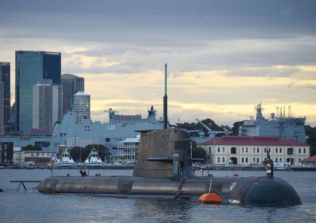 Submarino da classe Collins movido a diesel e energia elétrica da Marinha Real da Austrália no porto de Sydney, Austrália, 12 de outubro de 2016