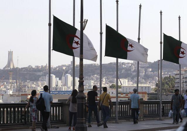 Bandeiras da Argélia na capital do país, 18 de setembro de 2021