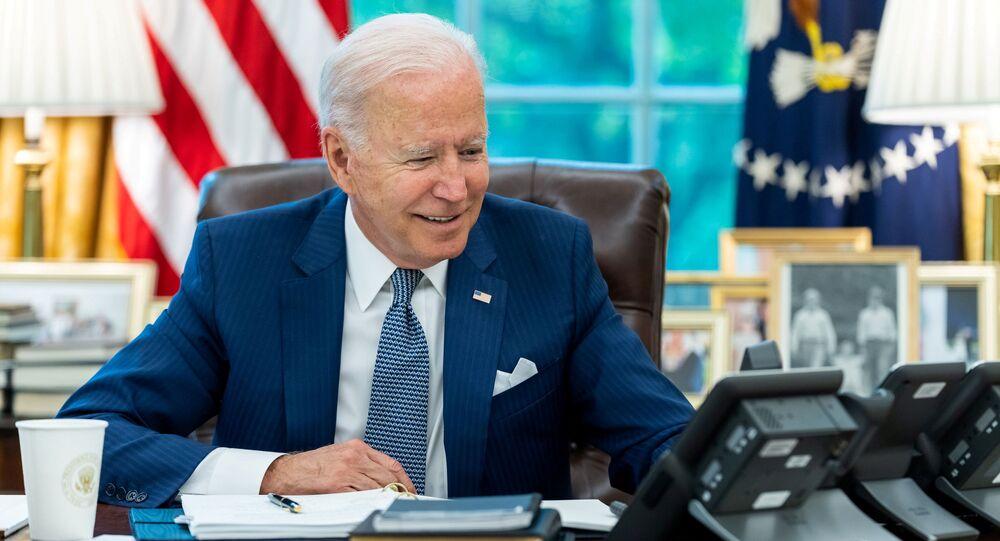 Presidente dos EUA, Joe Biden, fala por telefone com o presidente francês, Emmanuel Macron, na Casa Branca, Washington, 22 de setembro de 2021